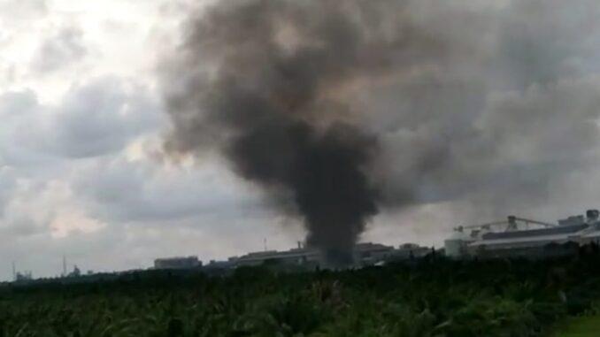 Kepulan asap pekat tebal dan tinggi, sehingga menjadi pemandangan diatas langit. Adanya asap tebal dan tinggi, yang diduga berasal dari PT Inalum sedang membakar sampah, jumat (23/4/2021).
