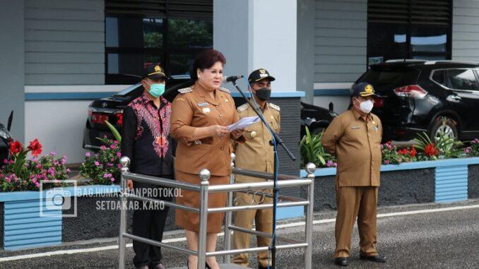 Ket foto; Bupati Karo,Cory S Sebayang saat apel pertama di halaman kantor Bupati Karo kabanjahe. Foto, terkelin bukit.