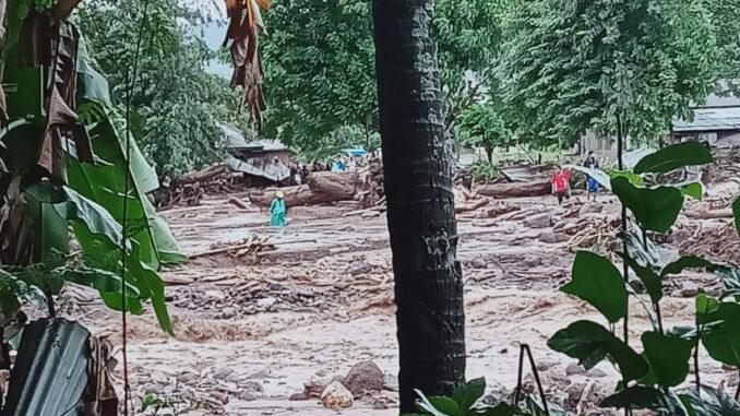 Foto : Bencana banjir bandang dan tanah longsor yang terjadi di Nusa Tenggara Timur (NTT), Minggu (4/5). (BPBD Kabupaten Flores Timur))