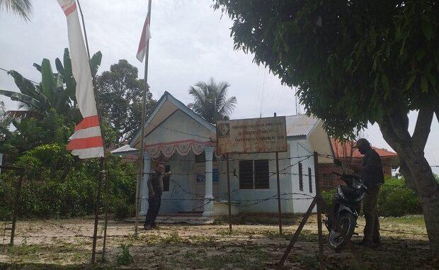 Awak media saat meninjau kantor desa Desa Nagori Pardamaian Asih