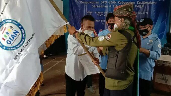 KETUA Umum Dewan Pimpinan Pusat Gerakan Indonesia Anti Narkoba (DPP-GIAN), R Guntur Eko Widodo kukuhkan Dewan Pimpinan Daerah (DPD) GIAN Kabupaten Tasikmalaya , Minggu (04/04/2021)