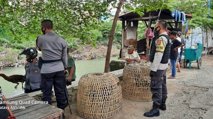 Kepolisian Sektor Sumbawa Polres Sumbawa Polda NTB berhasil membubarkan praktek judi sambung ayam di wilayah kelurahan Brang Bara Kecamatan Sumbawa, Minggu (04/04/21) Pukul 14.00 Wita.
