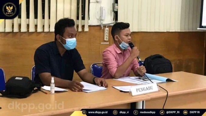 Ket. Foto : Dedi Wibowo Damanik Pengadu I (kanan), Nico Nathanael Sinaga Pengadu II (kiri)/dkpp.go.id
