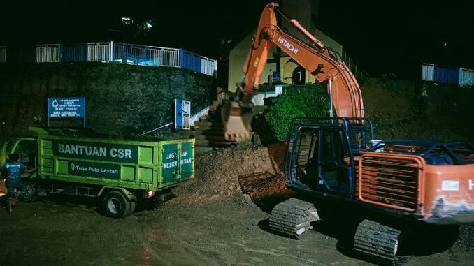 Excavator Milik PT Toba Pulp Lestari Bersihkan Material Longsor, Kamis sore (13/5/21),