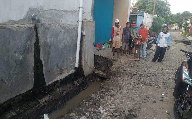 Masyakat keluarahan Tiuh Balak Pasar perbaiki jalan rusak secara Swadaya